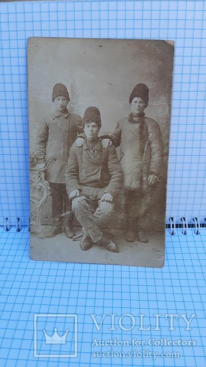 Фото: Трое молодых мужчин в зимней одежде., фото №4