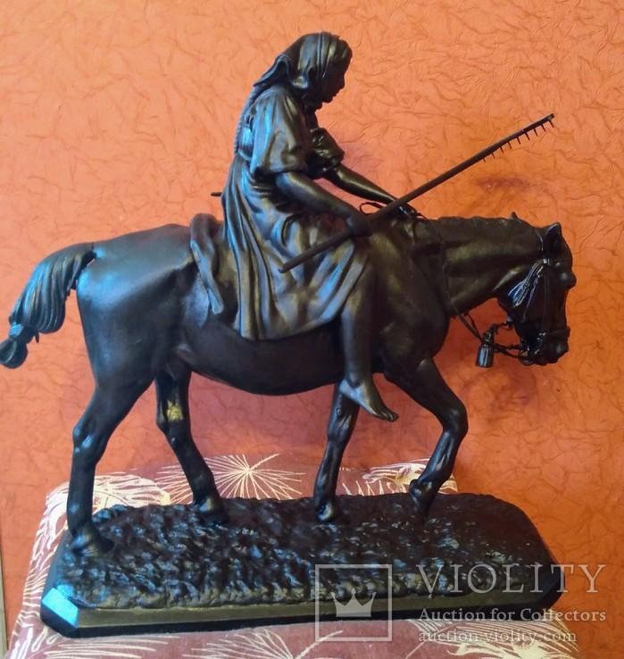 Крестьянка с граблями на лошади