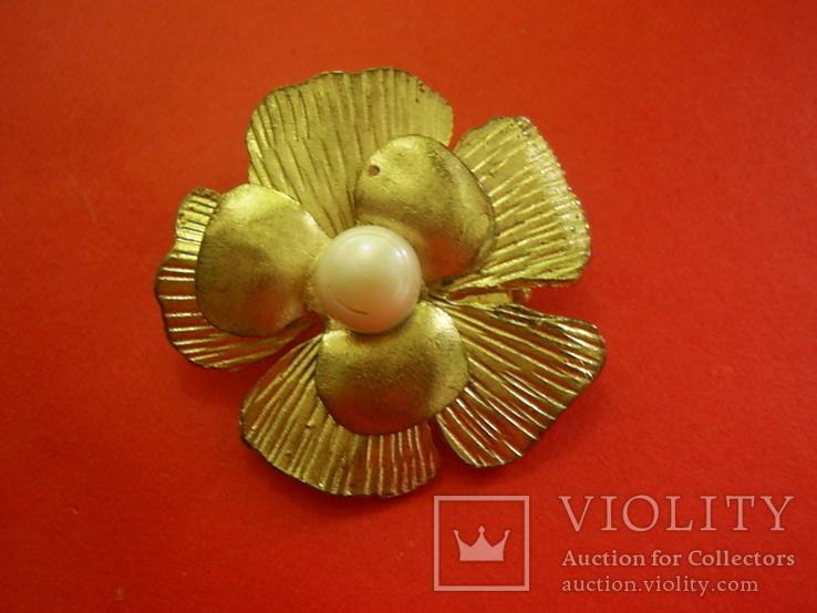 Брошь золотистая в виде цветка с жемчужиной, фото №3
