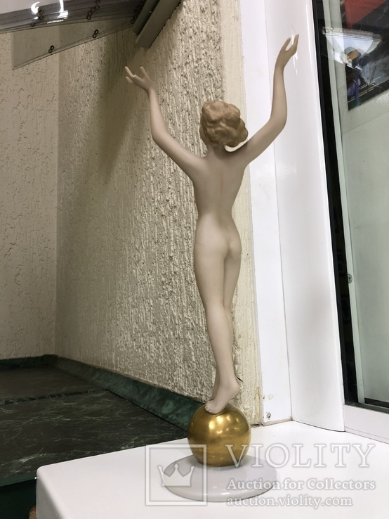 Обнаженная на шаре, фото №12