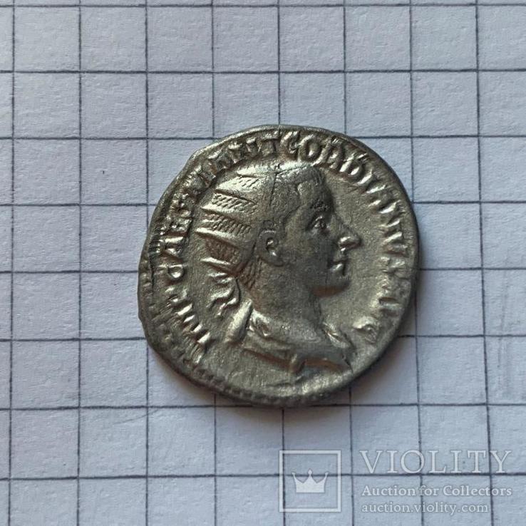 3.2 Антониан Гордиана III на реверсе: LIBERALITAS AVG