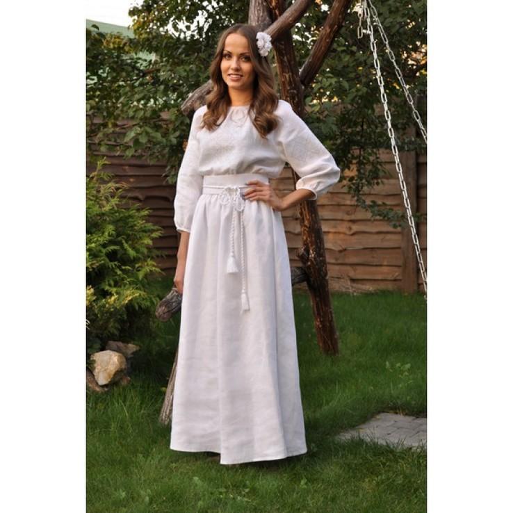 Біле плаття-вишиванка з ніжною вишивкою