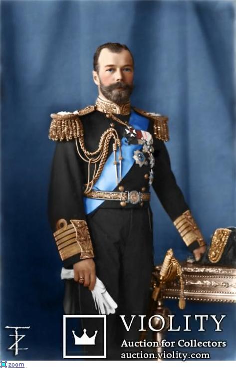 Император Николай II Александрович в чёрном мундире на голубом фоне.