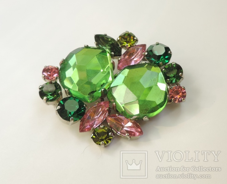 Брошь с зелеными и розовыми кристаллами. Предположительно Weiss. США. 40-50-е гг.