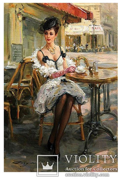 Шатенка в уличном кафе.
