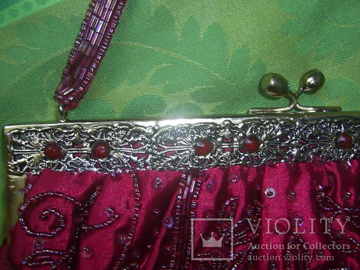 Сумочка с красивым фермуаром и богатым декором из стекла и стекляруса рубинового цвета, фото №3