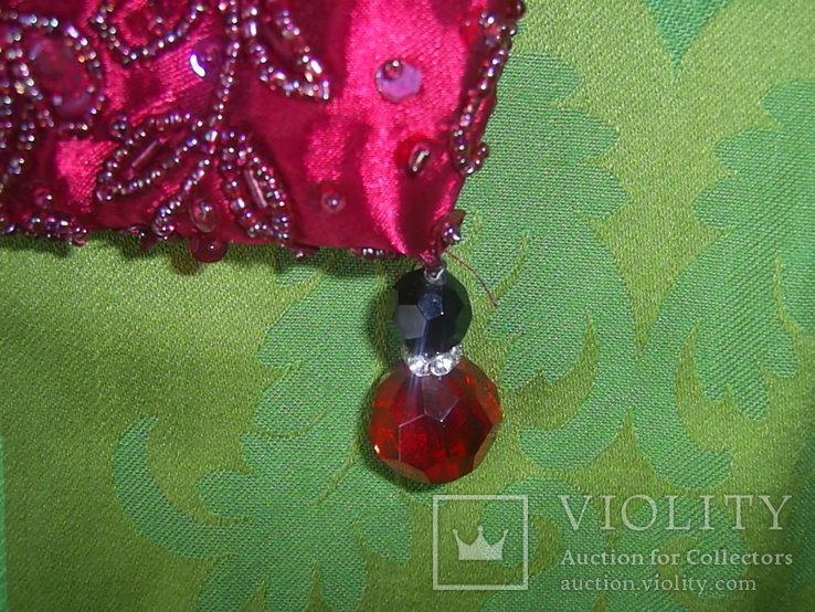Сумочка с красивым фермуаром и богатым декором из стекла и стекляруса рубинового цвета, фото №8