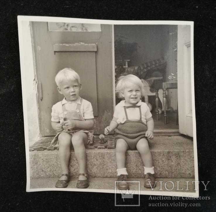 Хлопчик та дівчинка сидять на сходинці, фото №2
