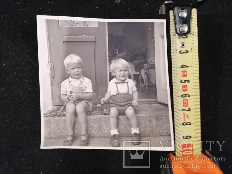 Хлопчик та дівчинка сидять на сходинці, фото №5