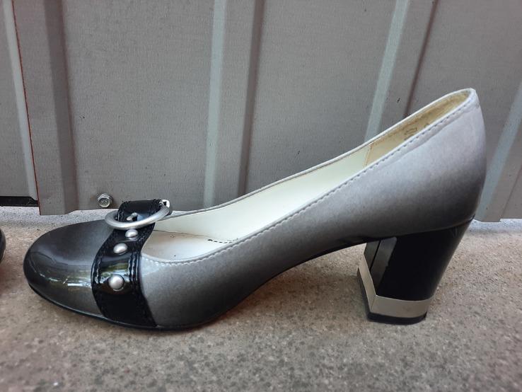 Жіночі модні туфлі.