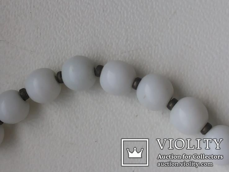 Бусы белый шарик подвеска мельхиор, фото №5