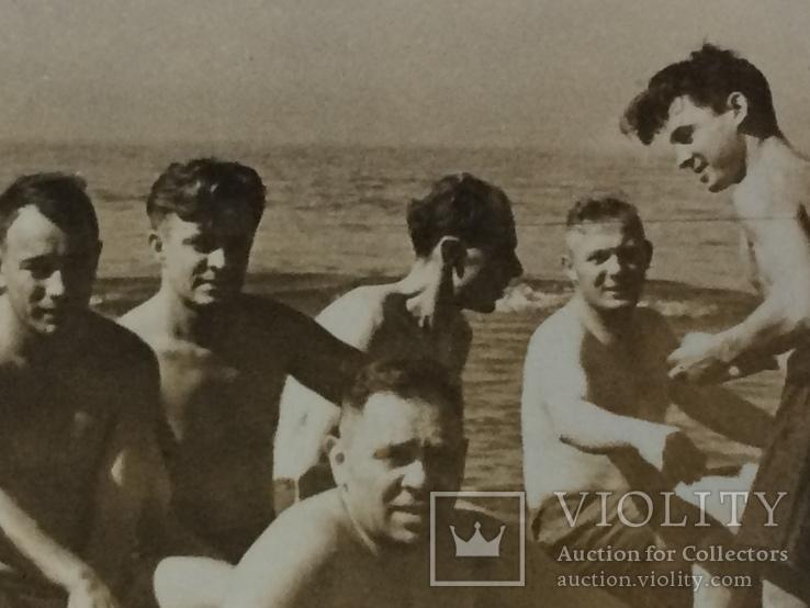 Человек похожий на Тома Хенкса в конце 40-х на море с мужиками, фото №4