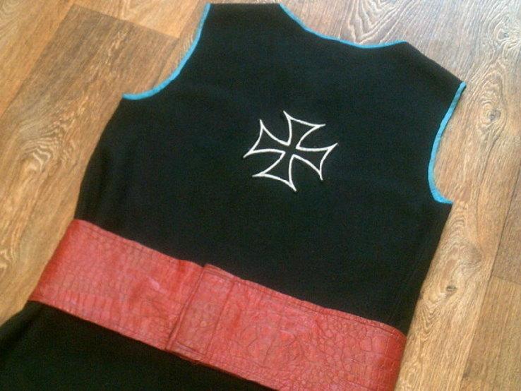 Крестоносец - теплая шерстяная безрукавка с ремнем, фото №3