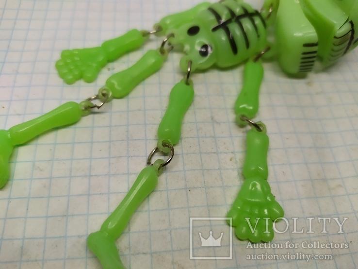 Подвес Скелет с подвижными ручками и ножками. Клацает челюстью. Светится в темноте, фото №3