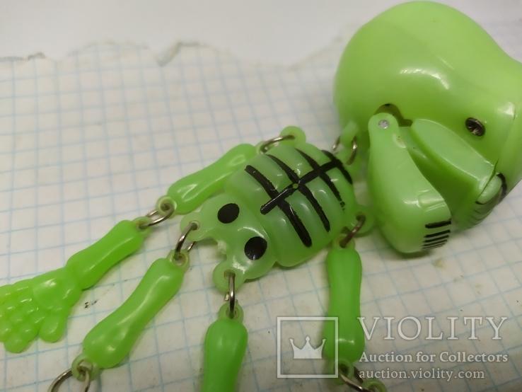Подвес Скелет с подвижными ручками и ножками. Клацает челюстью. Светится в темноте, фото №4