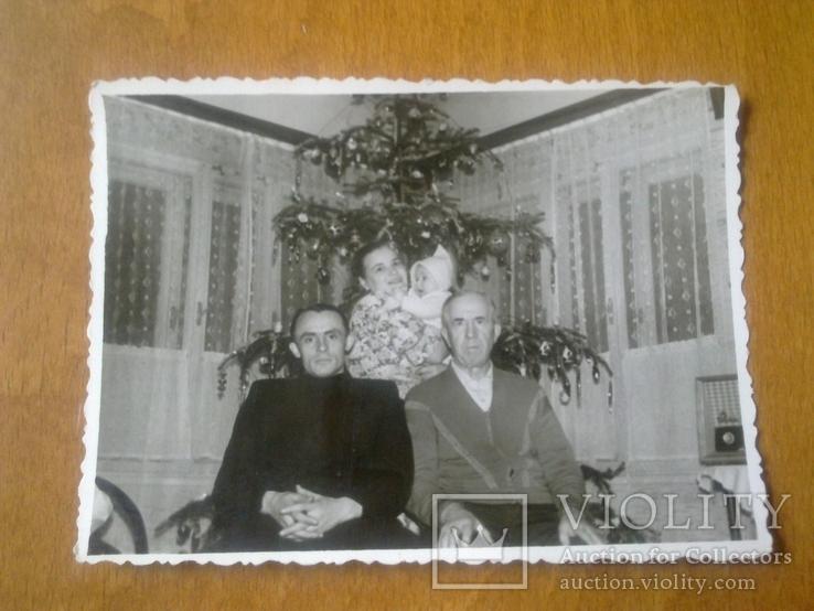 """Семья у новогодней елки, с права радиола """"Октава"""", фото №2"""