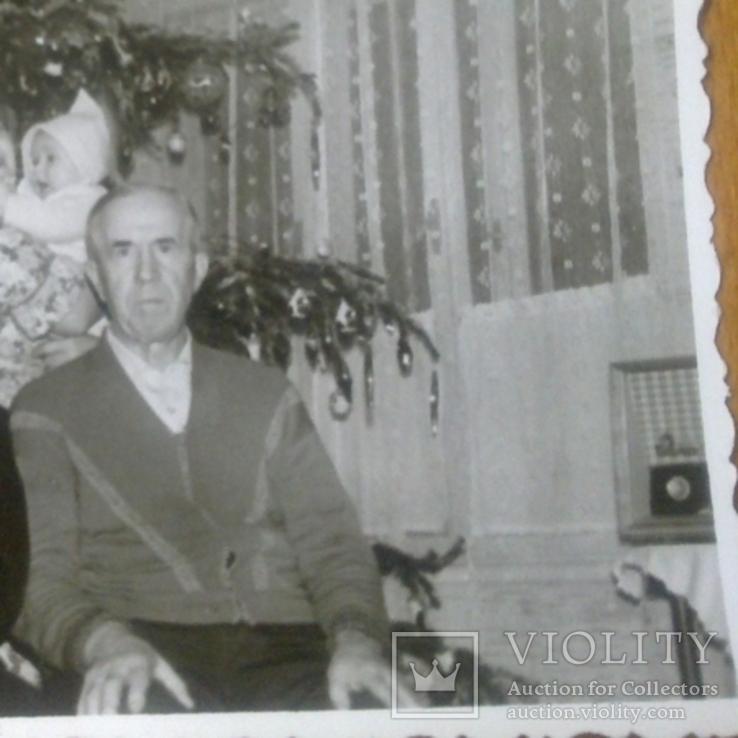 """Семья у новогодней елки, с права радиола """"Октава"""", фото №4"""