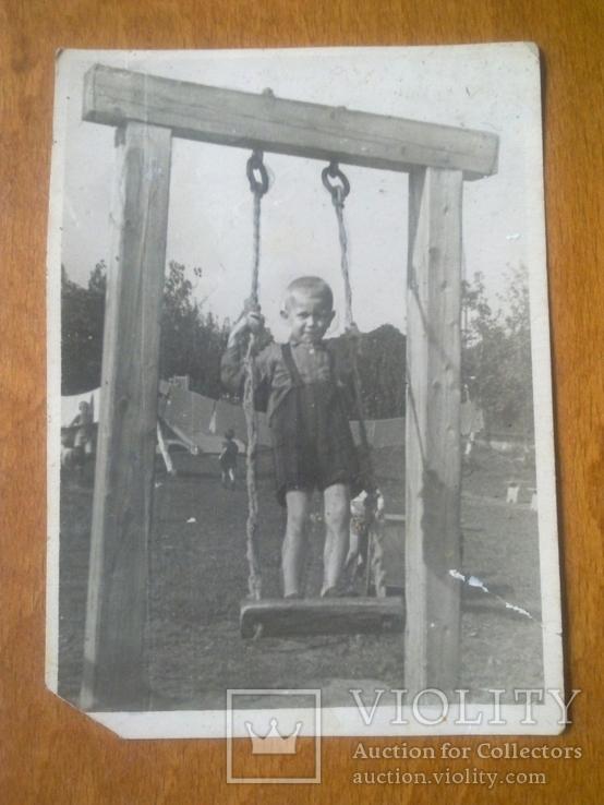 Мальчик на качелях, 1948 детский садик, детские фигурки на заднем плане, фото №2