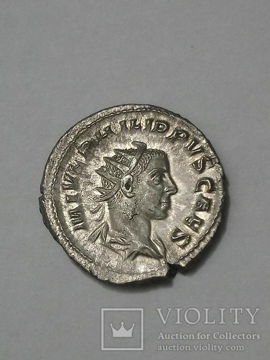 Антониниан Филипп ІІ. (император с глобусом и копьём, у ног пленник) . RIC219. 246г