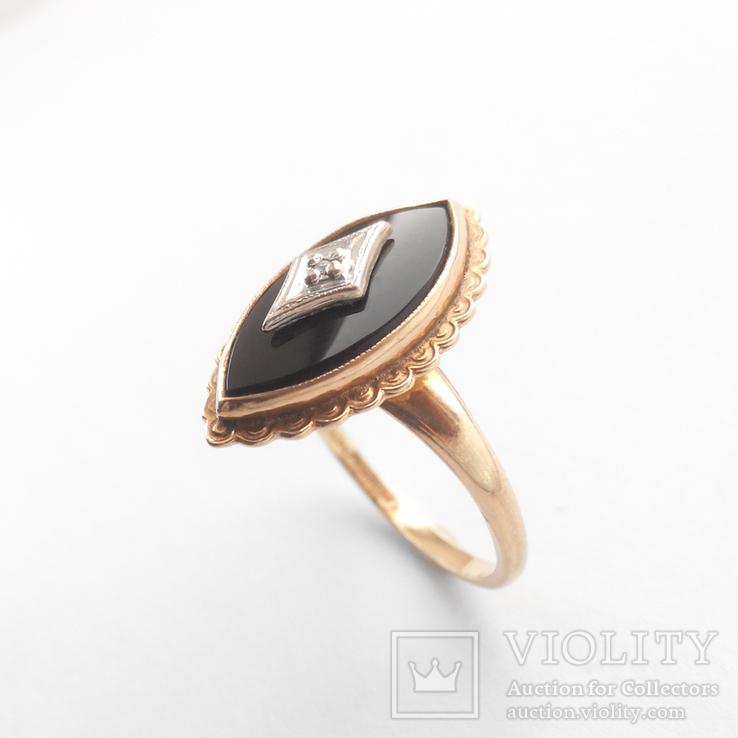 Золотое кольцо с натуральным ониксом и бриллиантом