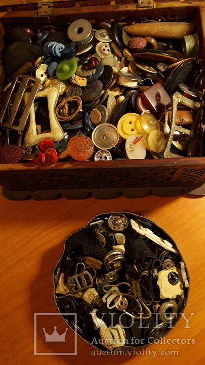 Деревянная шкатулка потомственной модистки. Пуговицы, пряжки,шпульки, крючки и пр. 1964 г, фото №3
