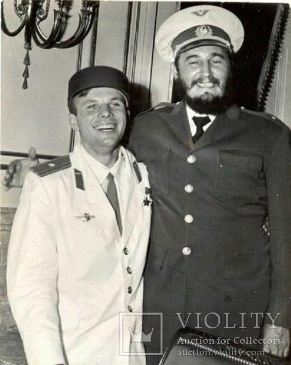 Юрий Гагарин и Фидель Кастро обменялись головными уборами.