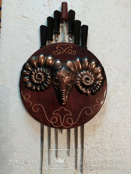 Шампура в настенном панно с чеканкой-головой барана, фото №2