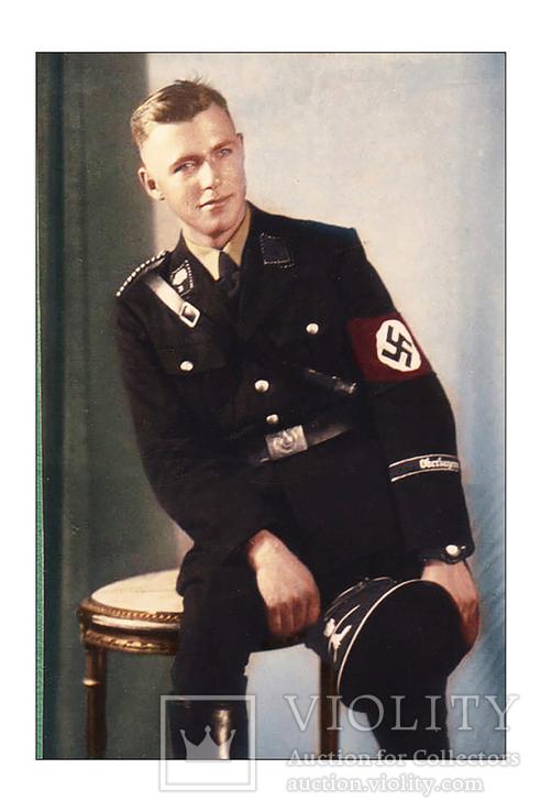 Ваффен СС сидит на столике.