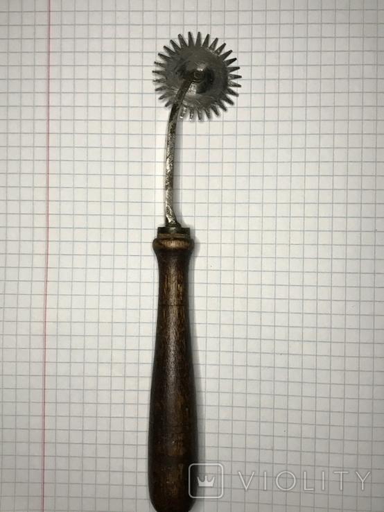 Старинный разметочный инструмент для обработки кожи, фото №2