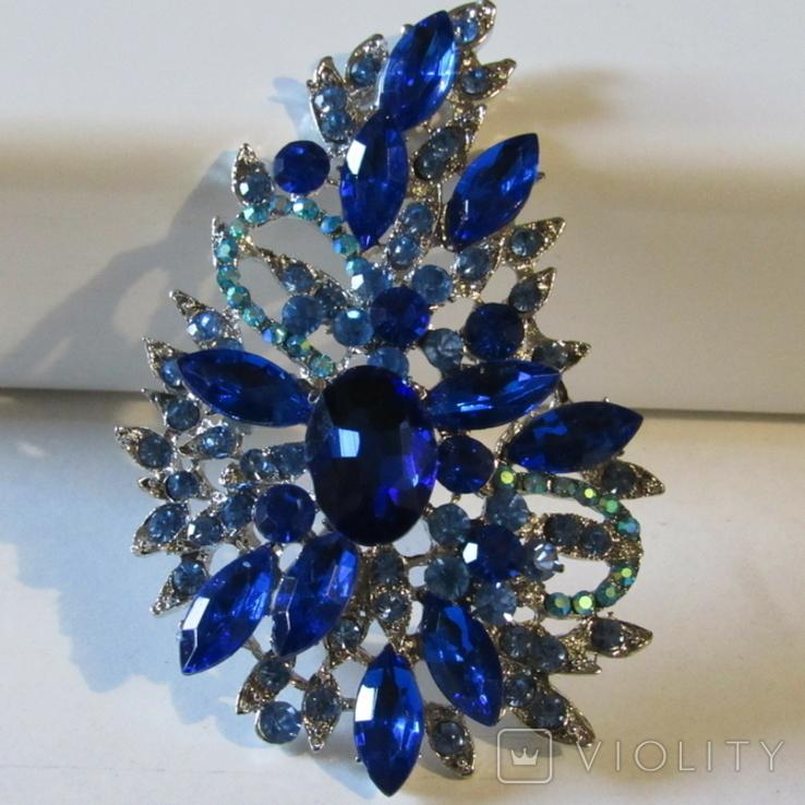 Серебристо-синяя брошь