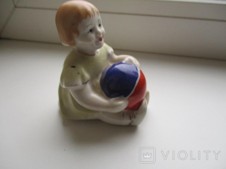 Фигурка девочки с мячом, фото №3