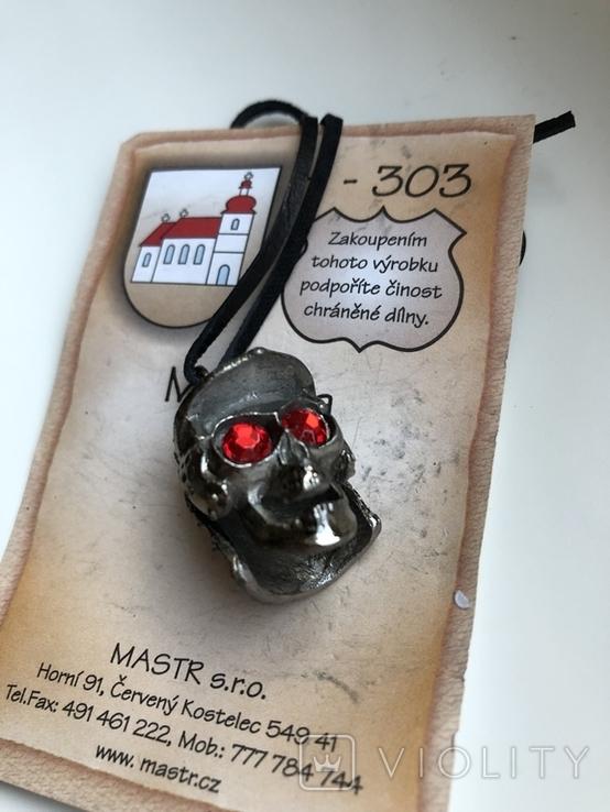 Сувенир из Чехии, череп в шлеме на кожаном шнурке, фото №2