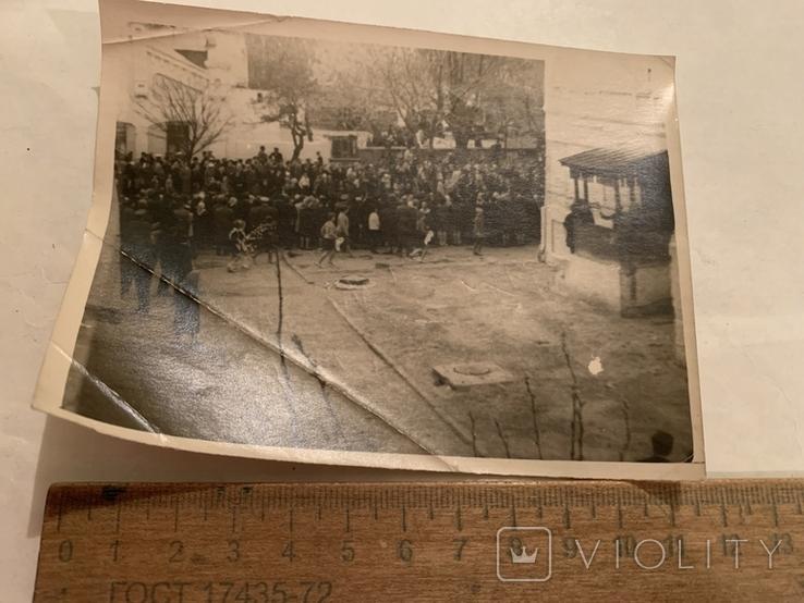 Люди на площади, фото №2