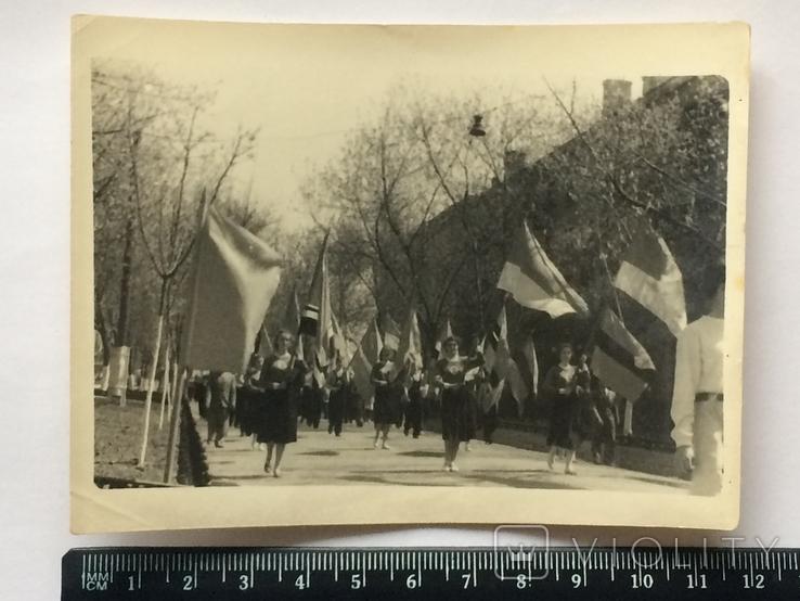 Парад, шествие комсомола с флагами республик СССР, фото №2