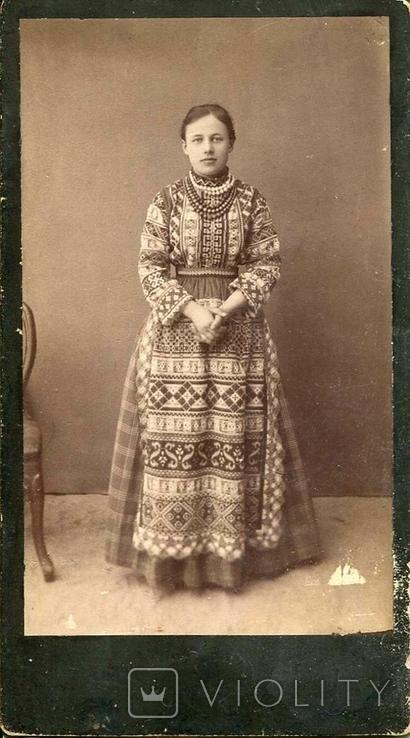 Украинка в богатой вышиванке, запаске и монистах. 1900-1910-е гг.