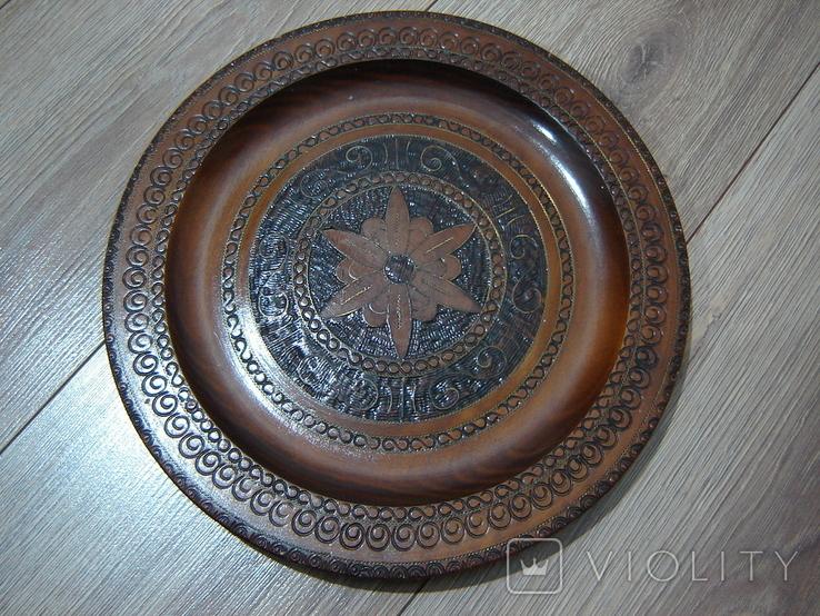Резная настенная тарелка с латунными вставками, фото №2