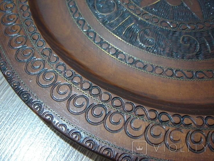 Резная настенная тарелка с латунными вставками, фото №4