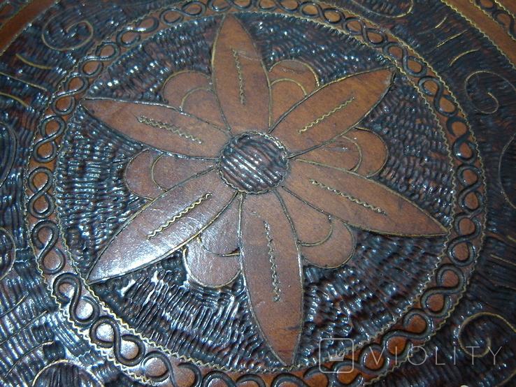 Резная настенная тарелка с латунными вставками, фото №6