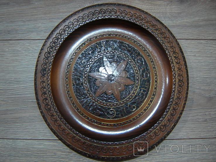 Резная настенная тарелка с латунными вставками, фото №11