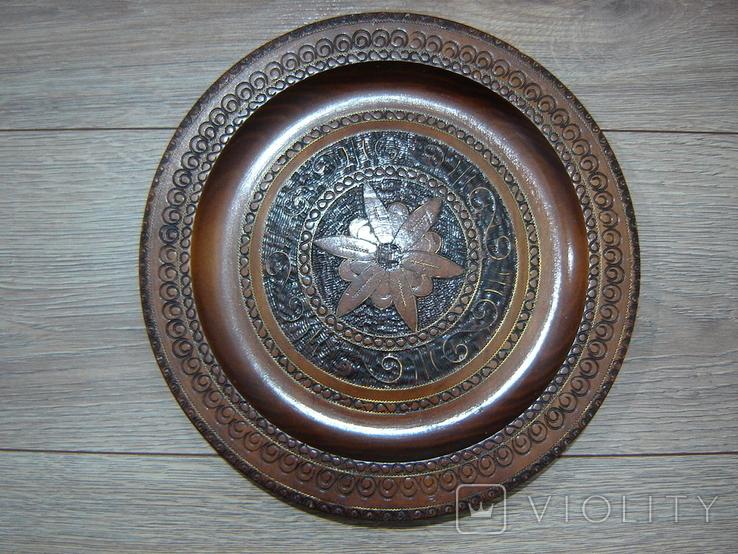 Резная настенная тарелка с латунными вставками, фото №12