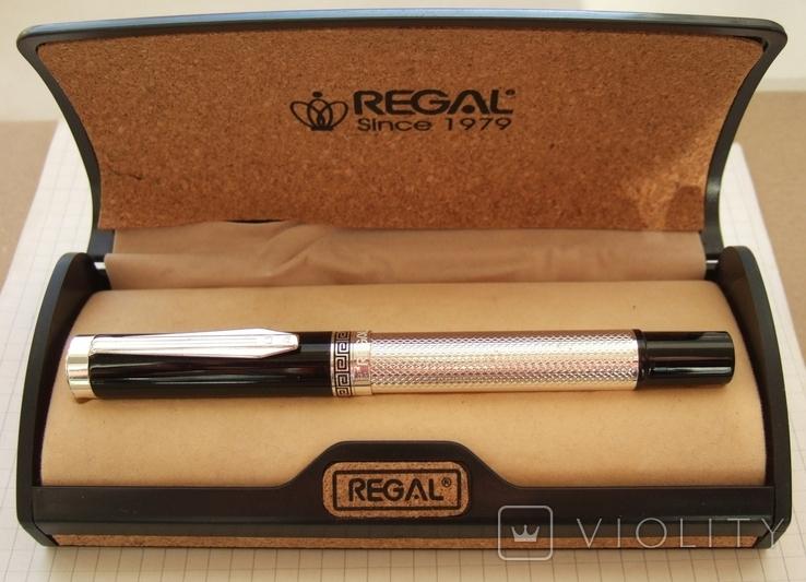"""Толстая, большая ручка """"Regal"""" с отделкой под серебро. Пишет мягко и насыщенно"""