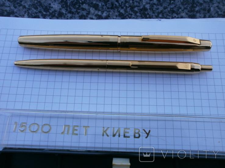 Ручки 2шт.АР806.8 (золотое перо) и ручка шариковая 1500 лет Киеву.Обе ручки позолоченные., фото №2