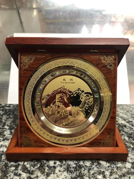 Металическая тарелка Великая китайская стена с деревянной подставке, фото №2