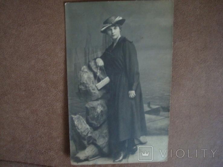 Фото CARTE POSTALE Дама в шляпе с сумочкой, фото №3