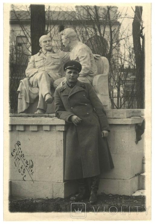Фото Командира РККА у пямяткика Ленину и Сталину г.Есентуки 1939 год, фото №2