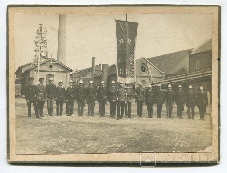 Заводская добров. пожарная команда у ворот завода
