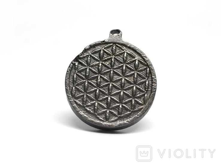 """Двохсторонній круглий кулон з геометричним орнаментом """"Квітка життя"""" із метеорита Aletai, фото №2"""