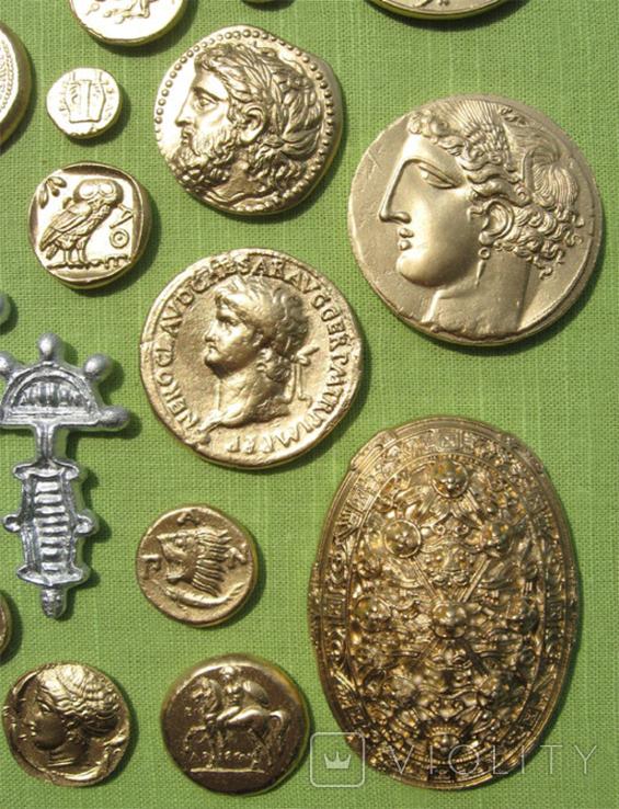 Фибулы и античные монеты. Копии, в раме без стекла, 41х22 см, фото №3