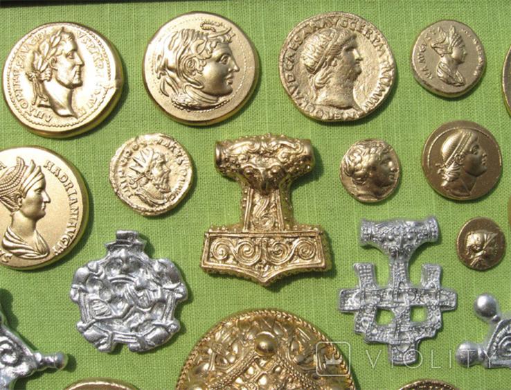 Фибулы и античные монеты. Копии, в раме без стекла, 41х22 см, фото №4
