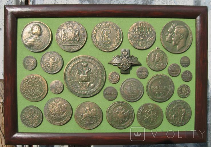 Медные монеты Российской империи в зелёной патине. Копии, в раме без стекла, 31х21 см, фото №2